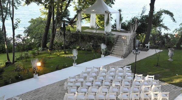 Boğazın eşsiz manzarasında, nefes kesen yeşil ve mavinin buluştuğu masalsı bir düğün mekanıdır Fransız Bahçeleri.